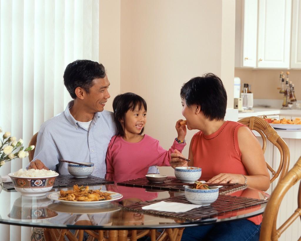 Famiglia straniera che si trova in un paese con caratteristiche socio-culturali diverse. Ecco che entra il servizio di relocation a supporto.